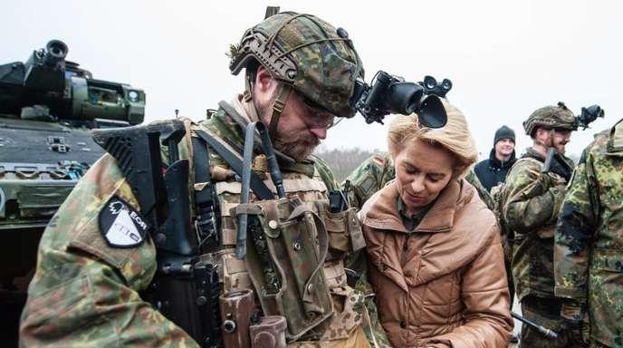 Verteidigungsministerin, Ursula von der Leyen lässt sich von einem Soldaten ein Navigationsgerät erklären.