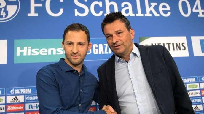 Schalkes Sportvorstand Christian Heidel (r) baut darauf, dass Trainer Domenico Tedesco mit dem FC Schalke den Dortmunder eine Niederlage beibringen wird.