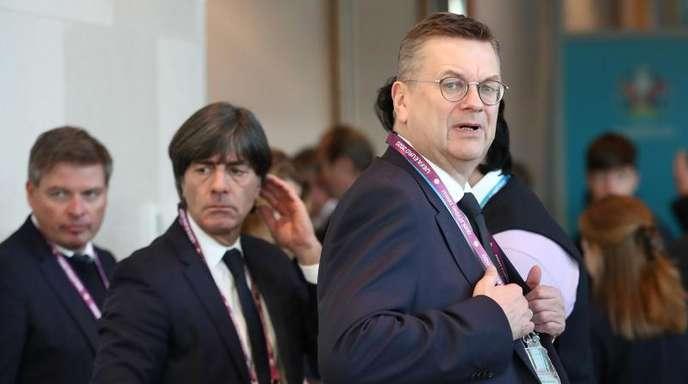 Nimmt das DFB-Team und Bundestrainer Joachim Löw (M) in die Pflicht: DFB-Präsident Reinhard Grindel.
