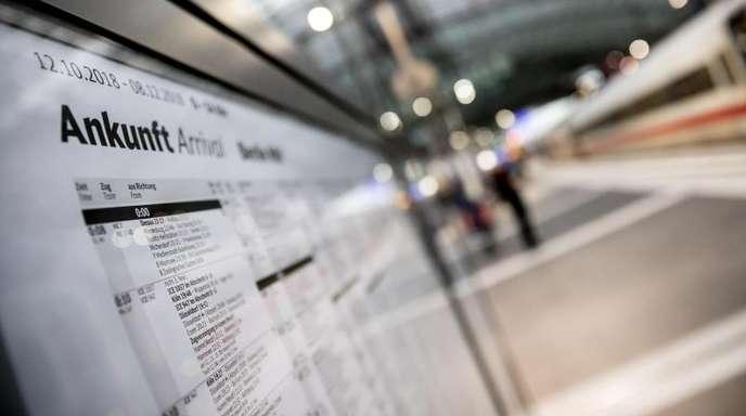 Ein Fahrplan hängt im Berliner Hauptbahnhof aus: Im Fernverkehr werden mit Fahrscheine zum vollen Preis (Flexpreis) im Durchschnitt 1,9 Prozent teurer.
