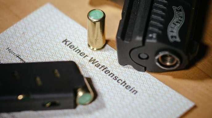 Die Zahl der Kleinen Waffenscheine in Deutschland ist laut einem Medienbericht weiter gestiegen.