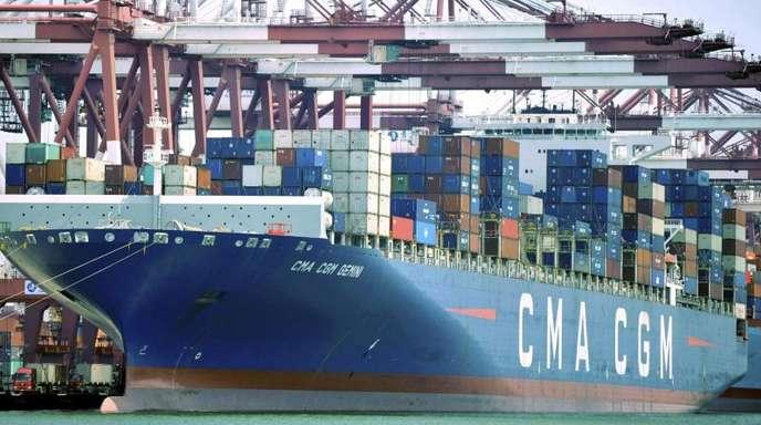 Ein Containerschiff liegt im Hafen von Qingdao: Die zweitgrößte Volkswirtschaft steht vor einer Reihe von Herausforderungen.