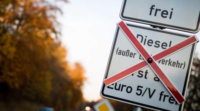 Bald in Darmstadt:Schilder an einer Straße weisen auf geplante Fahrverbote für ältere Dieselfahrzeuge hin.