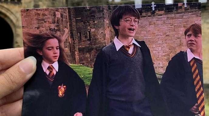 Die Filmtouristin Andrea David hält ein Foto aus demFilm «Harry Potter» in die Kamera.
