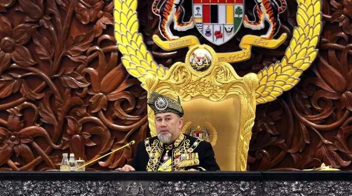 Sultan Muhammad V. dankt vorzeitig als malaysischer König ab.