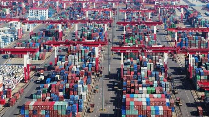 Containerterminal im Hafen von Qingdao. Die USA und China haben ihre Gespräche über eine Beendigung ihres Handelskrieges überraschend verlängert - Ausgang ungewiss.
