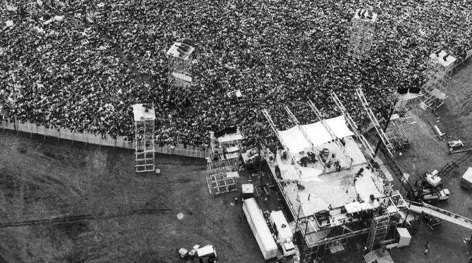 Besucher des Woodstock-Festivals vor der Bühne. 400.000 Menschen waren damals nach Bethel gekommen.