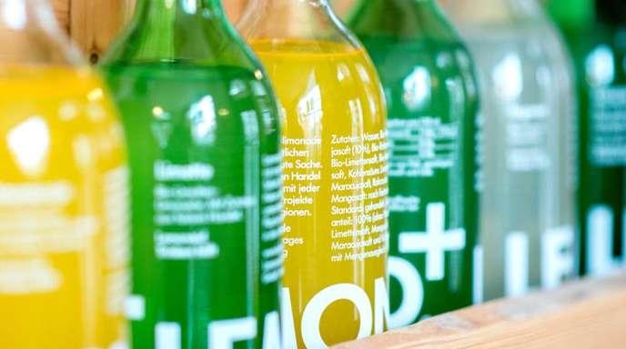 Lemonaid-Flaschen in verschiedenen Geschmacksrichtungen stehen im Regal.