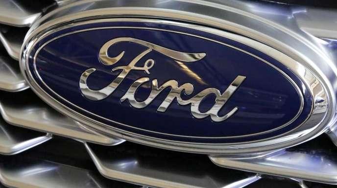 Der Schriftzug von Ford auf einem Fahrzeug.