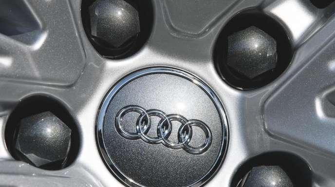 Das Logo des Autoherstellers Audi steht auf einer Felge.