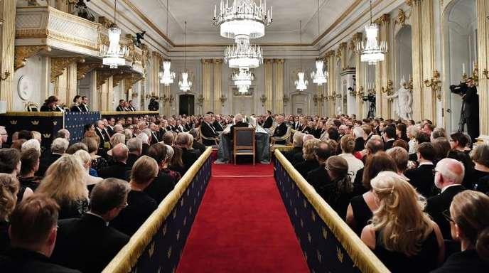 Mitglieder der Schwedischen Akademie sitzen auf der jährlichen Hauptversammlung im Gebäude der Alten Börse (Archivbild).