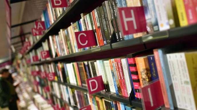 Lange Regalreihen in einer Buchhandlung.