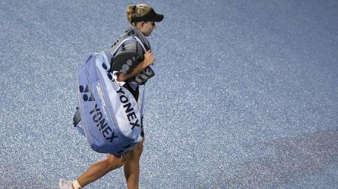 Angelique Kerber geht nach ihrer Niederlage durch Petra Kvitova vom regennassen Platz.