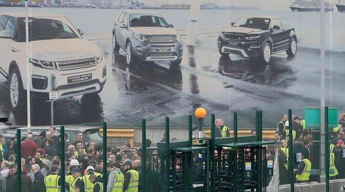 Mitarbeiter versammeln sich vor einem Jaguar Land Rover Standort in der Nähe von Liverpool. Der Automobilhersteller wird weltweit rund 4500 Stellen streichen.