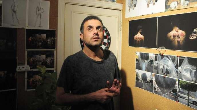 Abdulnasser Gharem, der als einer der bedeutendsten zeitgenössischen Künstler Saudi-Arabiens und der Golfregion gilt, in seinem Studio.