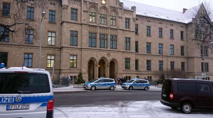 In Erfurt wurden rund 30 Mitarbeiter aus dem Gerichtsgebäude gebracht. Ein Sprengstoffspürhund schlug bei der Suche nicht an.