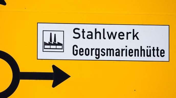 Ein Straßenschild deutet in Georgsmarienhütte in Richtung des Stahlwerks südlich von Osnabrück.