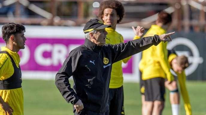 Mahmoud Dahoud (l) und Axel Witsel lauschen der Ansage von BVB-Coach Lucien Favre.