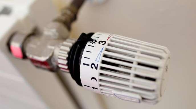 Ein Thermostat an einer Heizung. Der heiße Sommer des vergangenen Jahres hat zu einem Rückgang der Heizkosten geführt.