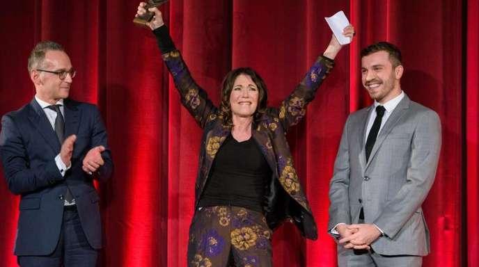Iris Berben mit Ehrenpreis in Saarbrücken, neben ihr der Bundesaußenminister Heiko Maas (SPD - l) und ihr Schauspielerkollege Edin Hasanovic.