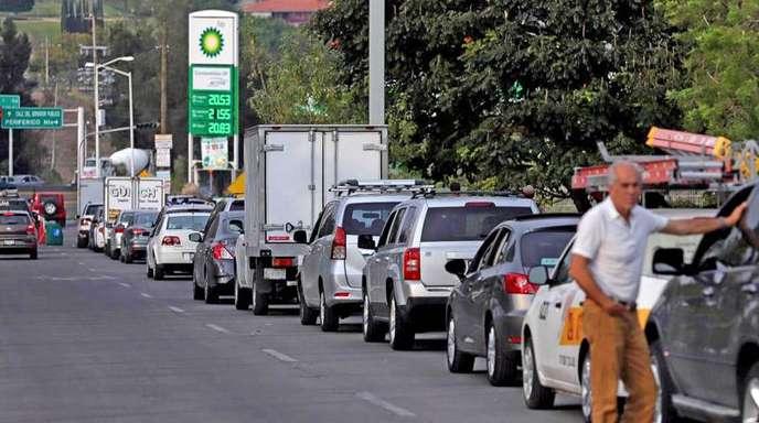 In langer Schlange warten Autofahrer im mexikanischen Guadalajara auf einen «Platz an der Tanksäule».