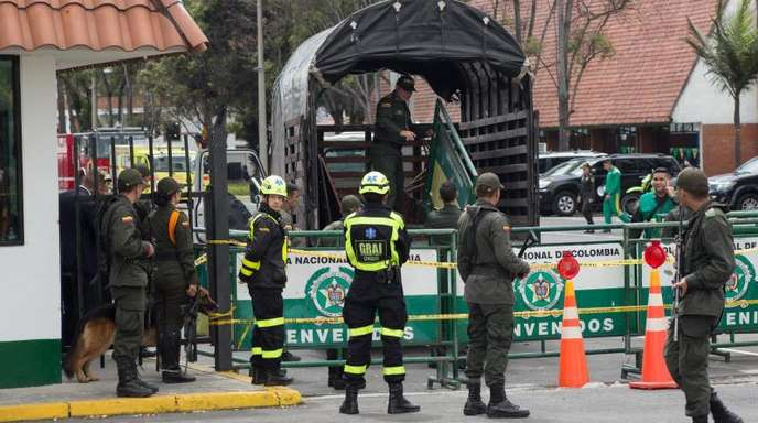 Sicherheitskräfte nach dem Bombenanschlag in der Polizeischule General Santander inBogota.