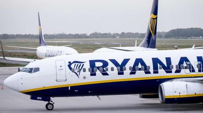 Flugzeuge der irischen Airline Ryanair auf dem Vorfeld eines Flughafens.
