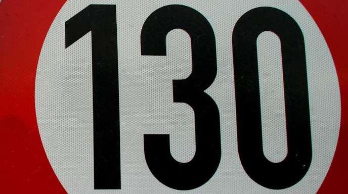 Tempo-130-Schild auf der Autobahn A 10 am nördlichen Berliner Ring.