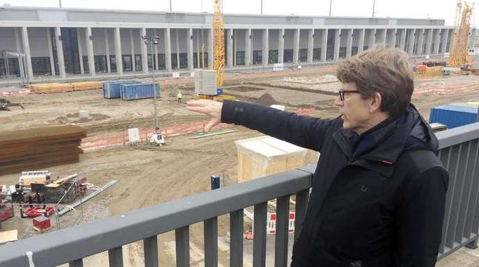 Engelbert Lütke Daldrup, Vorsitzender der Geschäftsführung der FBB, zeigt das im Bau befindliche Terminal 2 am Hauptstadtflughafen BER.