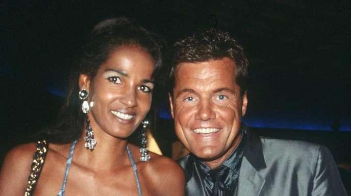 """Dieter Bohlen mit seiner damaligen Freundin Nadja Abdel Farrag (""""Naddel"""") 1999 bei der Verleihung der World Music Awards."""