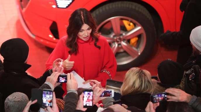 Iris Berben plaudert mit ihren Fans bei der Eröffnung der Berlinale.