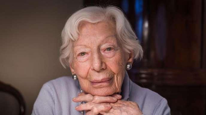 Die 103-jährige Innenarchitektin Ingeborg Wolf in ihrem kleinen Apartment in der Seniorenwohnanlage Rosenhof, das sie seit dem Jahr 2002 bewohnt.