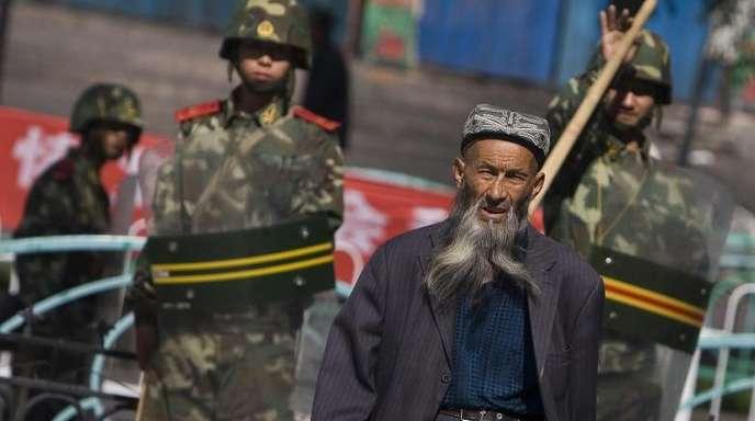 Von Sicherheitskräften beobachtet: Ein Angehöriger der uigurischen Minderheit in China.