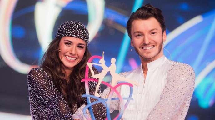 Sängerin Sarah Lombardi und Eistänzer Joti Polizoakis mit dem Siegerpokal.