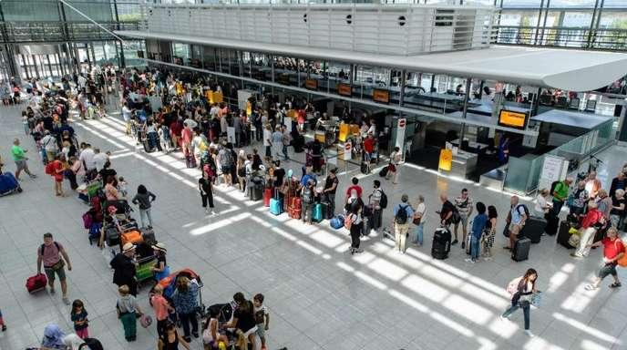 Fluggäste im Terminal 2 am Flughafen in München.