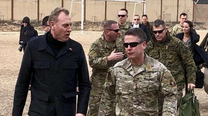 Der amtierende US-Verteidigungsminister Patrick Shanahan (l) trifft in Kabul mit General Austin Scott Miller, dem Oberkommandierenden der Nato- und US-Streitkräfte, zusammen.