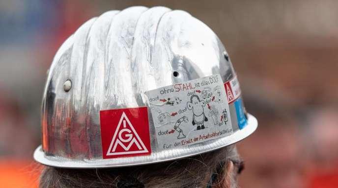 Für die Mitarbeiter der Stahlindustrie fordert die IG Metall 6 Prozent mehr Lohn und die Umwandlung von Geld in Freizeit.