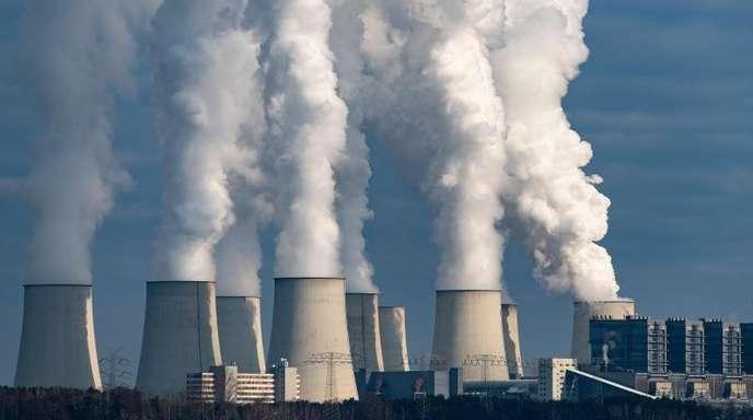 Wasserdampf steigt aus den Kühltürmen eines Braunkohlekraftwerks. Die Angst vorm Klimawandel hat laut Pew-Institut in den vergangenen Jahren klar an Bedeutung gewonnen.