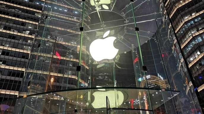 Eine leuchtende Glaskonstruktion zeigt das Apple-Logo vor dem Apple Store in Lujiazui.
