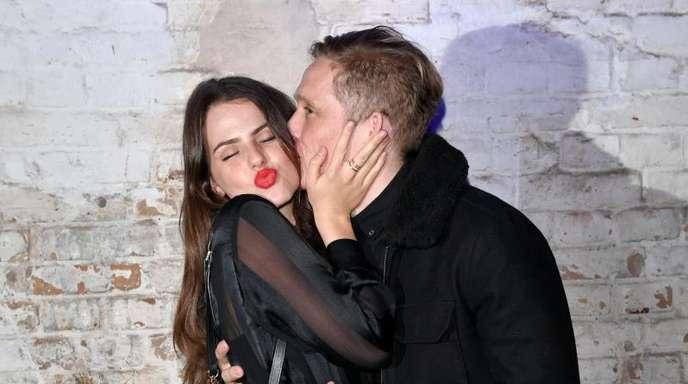 Matthias Schweighöfer gibt Ruby O. Fee einen Kuss.