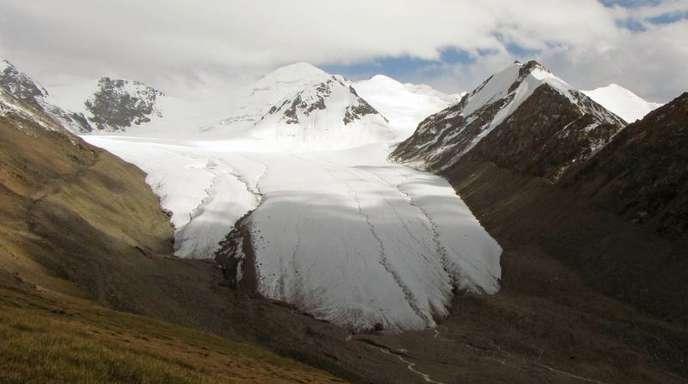 Gletscher in Kirgistan. Forscher schätzen das Eisvolumen von 215.000 Gletschern auf 158.000 Kubikkilometer - deutlich weniger, als bisher angenommen.