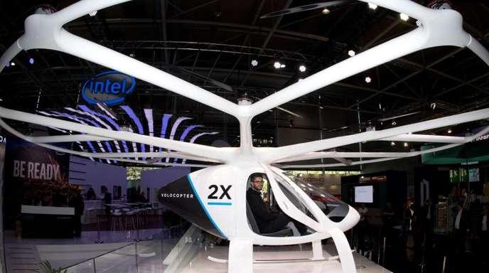 """Das """"Lufttaxi"""" Volocopter 2x ist eine Passagier-Drohne und bietet Platz für zwei Personen. Es wird elektrisch über 18 Rotoren betrieben."""
