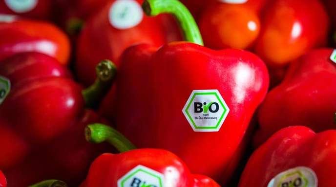 Rote Paprika mit Bio-Siegel liegen am Stand von Demeter auf der BioFach-Messe.