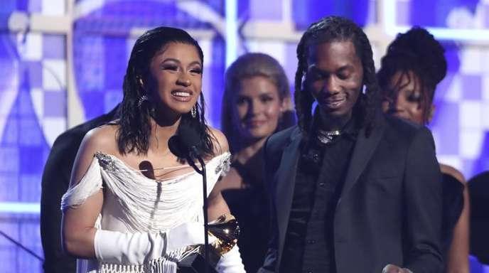 Cardi B hat den Grammy für das beste Rap-Album bekommen, neben ihr steht Offset.