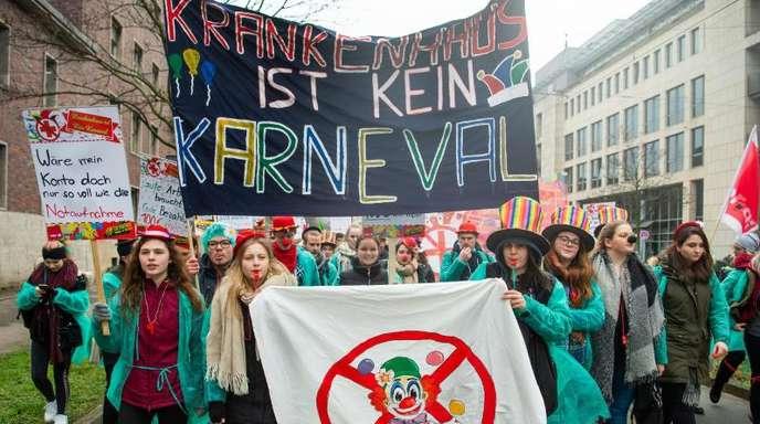 «Krankenhaus ist kein Karneval»: Mitarbeiter der Unikliniken demonstrieren in Düsseldorf.