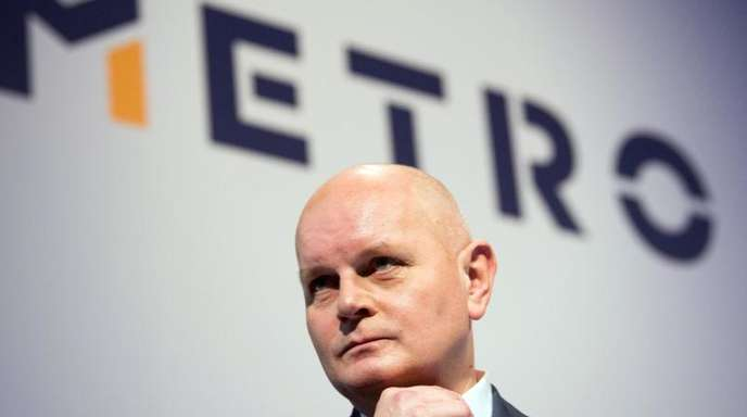 Olaf Koch, Vorstandsvorsitzender von Metro, steht vor dem Logo des Unternehmens.