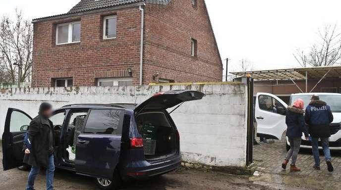 Polizeibeamte stehen vor einem Haus in Neuss. Nach dem Verbot von zwei PKK-Vereinigungen wurde unter anderem in Nordrhein-Westfalen Material beschlagnahmt.