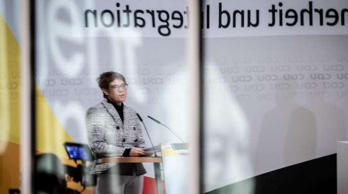 Annegret Kramp-Karrenbauer, CDU-Bundesvorsitzende, spiegelt sich in einer Glasscheibe mit einem Bild von Konrad Adenauer.