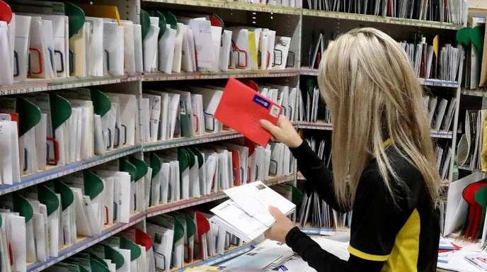 Im Zustellstützpunkt von Deutscher Post und DHL werden Briefe sortiert.