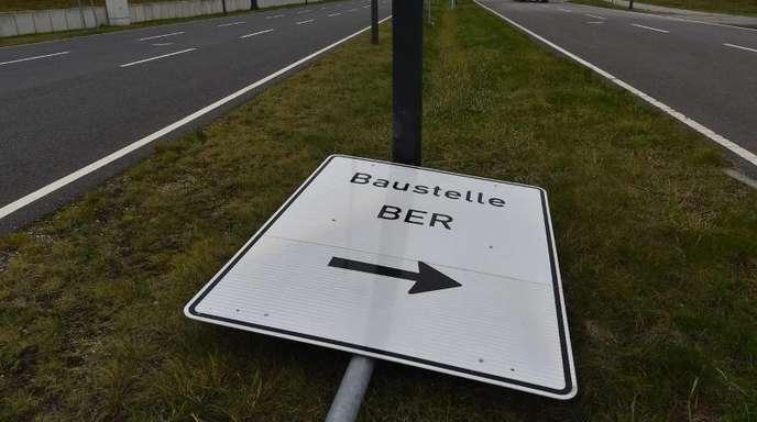 Nicht einmal die Baustellenschilder sind halbwegs standfest am Hauptstadtflughafen BER.